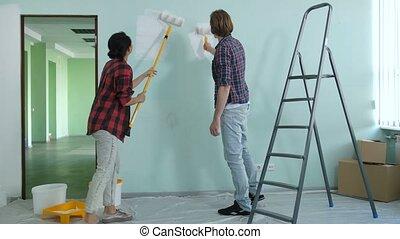 maison, couple, jeune, gai, nouveau, peinture, intérieurs