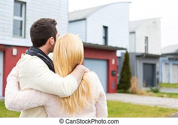 maison, couple, jeune, leur, devant, nouveau, heureux