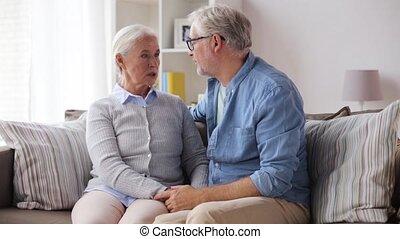 maison, couple, personne agee, étreindre, triste
