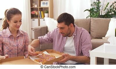 maison, couple, pizza, manger, plat à emporter