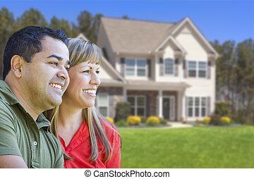 maison, couple, race mélangée, devant, heureux