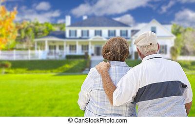 maison, couple, regarder, devant, personne agee, heureux