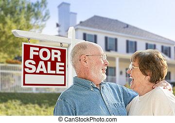 maison, couple, signe vente, devant, personne agee, heureux
