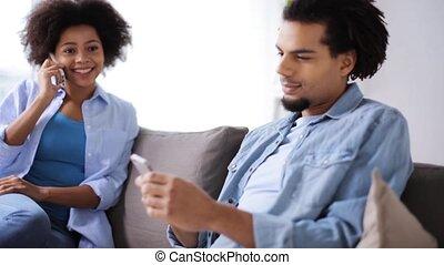 maison, couple, smartphones, heureux