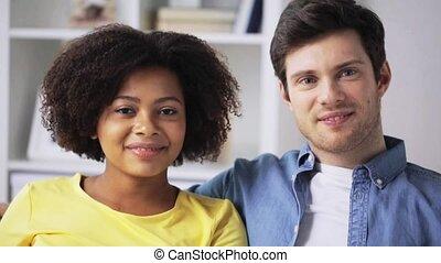 maison, couple, sourire heureux, international