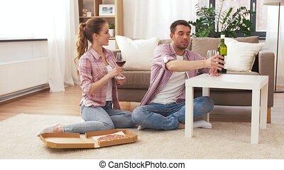 maison, couple, vin, pizza, plat à emporter