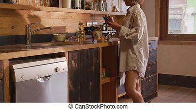 maison, course, petit déjeuner, préparer, femme, mélangé