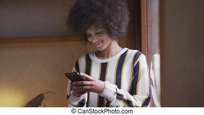 maison, course, texting, femme, mélangé