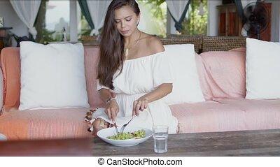 maison, déjeuner, apprécier, jeune femme, sofa