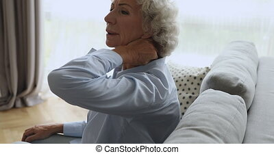 maison, désordre, personne agee, douleur, grand-mère, fatigué, cou, concept, sentiment