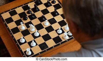 maison, enfant joue, échecs, grands-parents