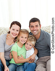 maison, famille heureuse, portrait