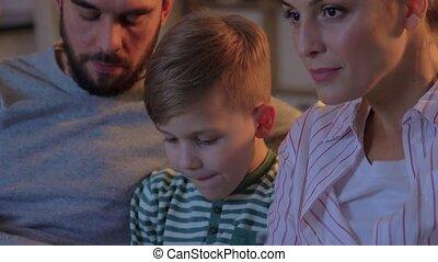 maison famille, heureux, pop-corn, télé regarde