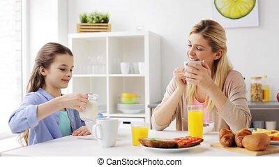 maison famille, petit déjeuner, cuisine, avoir, heureux