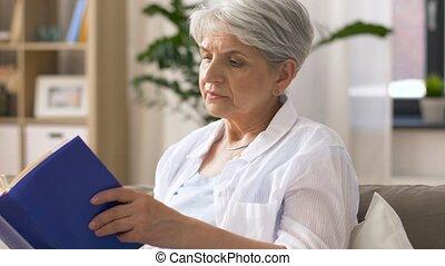 maison, femme aînée, livre, lecture