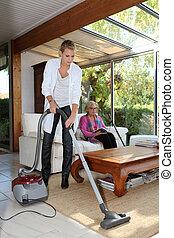 maison, femme aînée, nettoyer aspirateur, femme