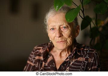 maison, femme aînée, portrait