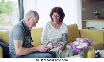 maison, femme aînée, visiteur, pendant, visit., santé