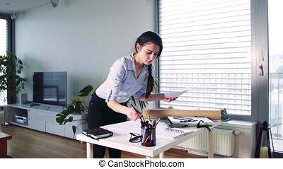 maison, femme affaires, fonctionnement, bureau.