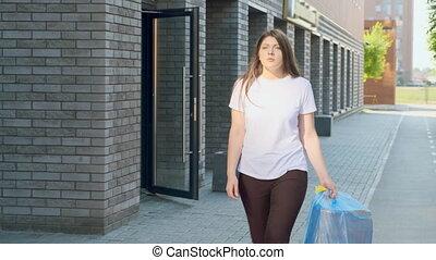 maison, femme foyer, déchets ménagers, porte