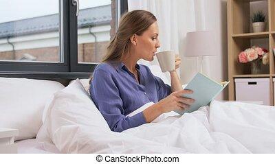 maison, femme, lit, jeune, livre lecture