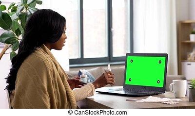maison, femme, malade, appeler, vidéo, avoir, ordinateur portable
