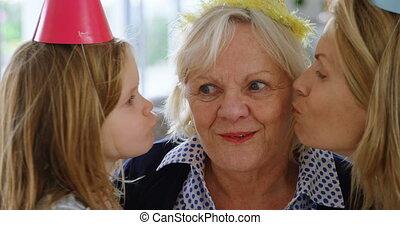 maison, fille, grand-mère, mère, baisers, 4k
