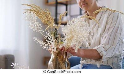 maison, fleurs, séché, arrangement, femme, vase