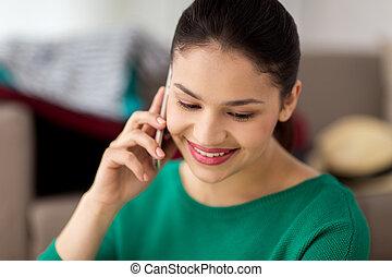 maison heureuse, appeler, smartphone, femme