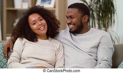 maison heureuse, couple, américain, étreindre, africaine