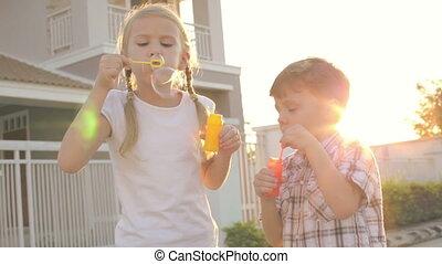 maison, heureux, enfants jouer