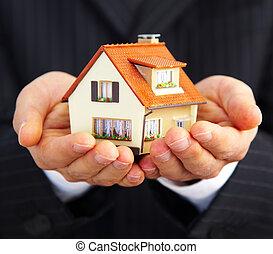maison, homme affaires, main