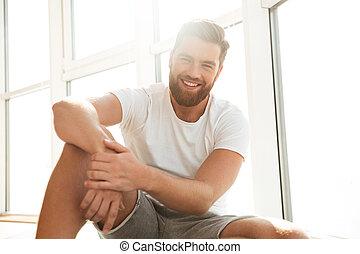 maison, homme barbu, fenêtre, sourire