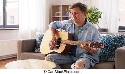 maison, homme, guitare jouer, jeune