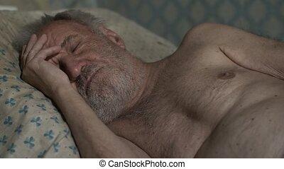 maison, homme, vieux, dormir