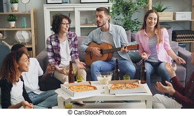 maison, hommes, amis, ensemble, guitare, fête, chant, jouer, femmes