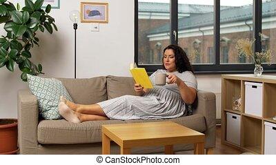 maison, jeune femme, livre, heureux, lecture, sofa