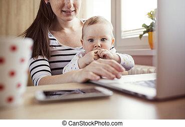 maison, jeune, mère travaillante