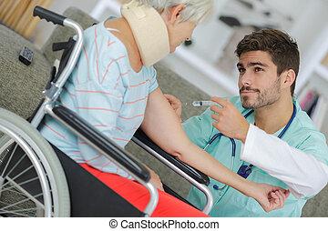 maison, mâle, injecter, personne agee, patient, handicapé, infirmière