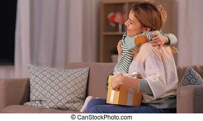 maison, mère, présent, fils, donner, peu