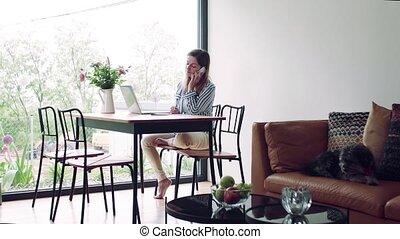 maison, mûr femme, table, fonctionnement, séance, bureau., smartphone