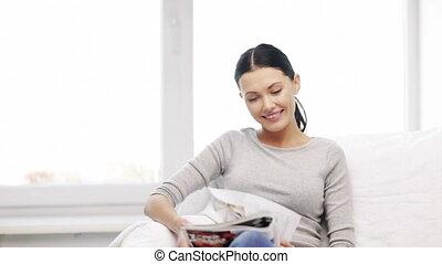 maison, magazine, femme souriant, lecture