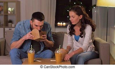 maison, nouilles, couple, plat à emporter, heureux, manger