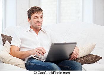 maison, ordinateur portable, fonctionnement, homme