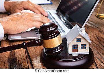 maison, ordinateur portable, marteau, personne affaires, devant, utilisation, modèle
