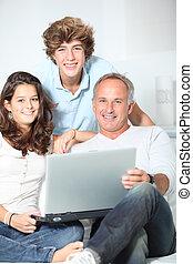 maison, ordinateur portatif, famille