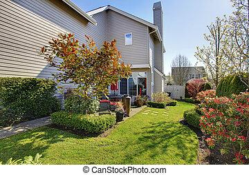 maison, pendant, dos, ouest, nord, aménagé, nicely, yard, usa., printemps