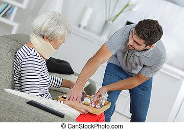maison, personne âgée femme, assistant, soin, servir, repas