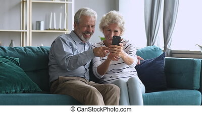 maison, personne agee, prendre, téléphone, heureux, intelligent, couple, selfie