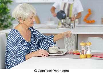maison, petit déjeuner, femme, vieux, avoir